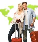 Lyckliga par med resväskor arkivbilder