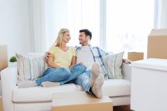 Lyckliga par med stora kartonger på det nya hemmet Royaltyfri Foto