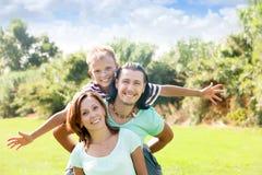 Lyckliga par med tonåringbarnet Arkivbild
