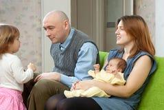 Lyckliga par med två deras barn Arkivfoton