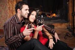 Lyckliga par near spis royaltyfria bilder