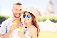 Lyckliga par och glass Royaltyfri Foto