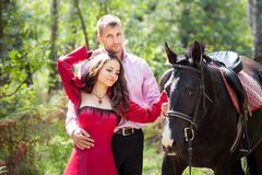 Lyckliga par och häst Arkivbild