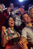 Lyckliga par på bion Arkivfoton