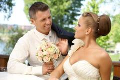 Lyckliga par på bröllop-dag Fotografering för Bildbyråer