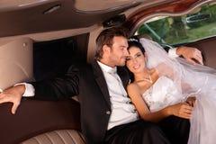 Lyckliga par på bröllop-dag Arkivbild