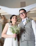 Lyckliga par på bröllopdag Arkivbild