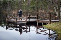 Lyckliga par på bron Royaltyfria Bilder