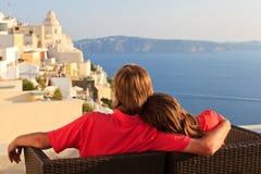 Lyckliga par på den Santorini semestern Arkivfoto