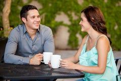 Lyckliga par på deras första datum Arkivbild
