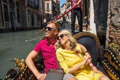 Lyckliga par på deras ferier Royaltyfria Bilder