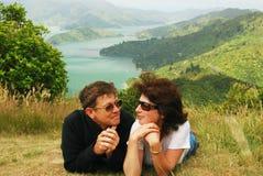 Lyckliga par på en kull top över det Marlborough ljudet Royaltyfri Bild