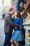 Lyckliga par på en parisisk gata Arkivfoto