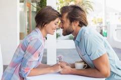 Lyckliga par på ett datum Arkivfoton