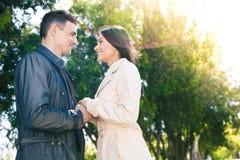 Lyckliga par på ett datum parkerar in Arkivbilder
