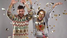 Lyckliga par på julpartiet under konfettier stock video
