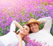Lyckliga par på lavendelfält Fotografering för Bildbyråer