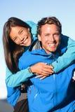 Lyckliga par på ryggen i aktiv livsstil Royaltyfria Bilder
