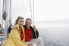 Lyckliga par på segelbåten royaltyfri fotografi