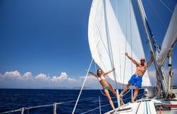 Lyckliga par på segelbåten Fotografering för Bildbyråer