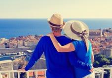 Lyckliga par på semester i Europa royaltyfri fotografi