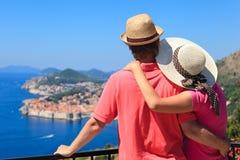 Lyckliga par på semester i Europa fotografering för bildbyråer
