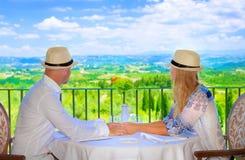Lyckliga par på semesterort Fotografering för Bildbyråer