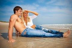 Lyckliga par på stranden arkivfoton