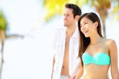Lyckliga par på strandsemester Arkivfoton
