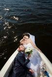 Lyckliga par på yachten Arkivfoton
