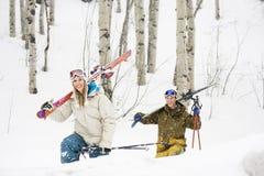 lyckliga par skidar semester Royaltyfria Bilder