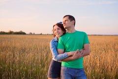 Lyckliga par som är förälskade i fältet Fotografering för Bildbyråer