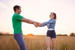 Lyckliga par som är förälskade i fältet Arkivbilder
