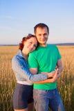 Lyckliga par som är förälskade i fältet Royaltyfri Bild