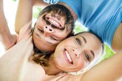 Lyckliga par som är förälskade i naturen fotografering för bildbyråer
