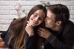 Lyckliga par som är förälskade på golvet Royaltyfri Foto
