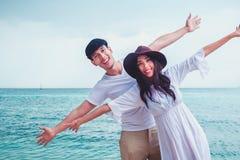 Lyckliga par som är förälskade på strandsommar fotografering för bildbyråer