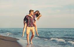 Lyckliga par som är förälskade på strandsommarsemestrar Royaltyfri Fotografi