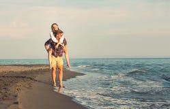 Lyckliga par som är förälskade på strandsommarsemestrar Arkivbild