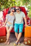 Lyckliga par som är klara att snubbla arkivfoto