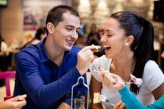 Lyckliga par som äter lunch fotografering för bildbyråer