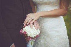 Lyckliga par som att gifta sig precis Royaltyfria Foton
