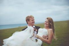 Lyckliga par som att gifta sig precis Arkivfoto