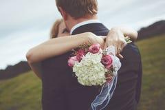 Lyckliga par som att gifta sig precis Arkivbild