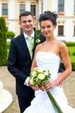 Lyckliga par som att gifta sig precis - bröllopdag Arkivfoton