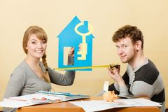 Lyckliga par som drömmer om hus fotografering för bildbyråer