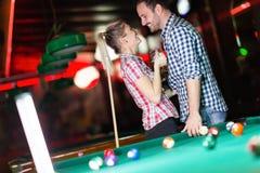 Lyckliga par som dricker öl och spelar snooker Royaltyfria Bilder
