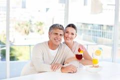 Lyckliga par som dricker ett exponeringsglas 免版税库存照片