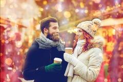 Lyckliga par som dricker kaffe på den gamla stadgatan royaltyfri foto