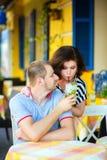 Lyckliga par som dricker lemonad eller mojito i Arkivbilder